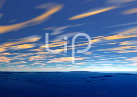 荒波と流れる雲
